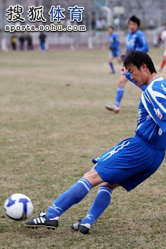 图文:热身赛天津1-1青岛 王新欣传球