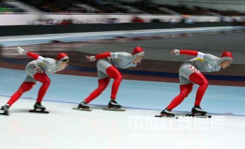 图文:速滑女子团体追逐赛 三人步调一致