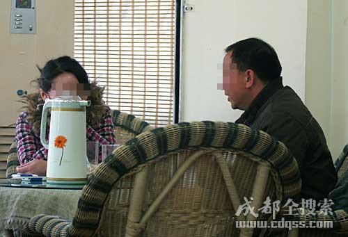 杨女士的丈夫接受成都全搜索网站记者采访(成都全搜索 刘晓月 摄)