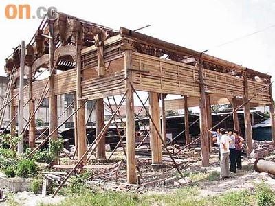 成龙曾将部分残破的紫檀木古屋修建