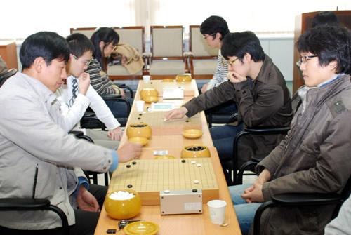 图文:BC卡杯公开赛预选赛 中国棋手李康比赛中