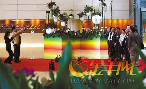两会即将闭幕,在春天气息浓厚的大厅,辣言议政后的委员代表们抓紧时间留念  本报记者 林桂炎 摄