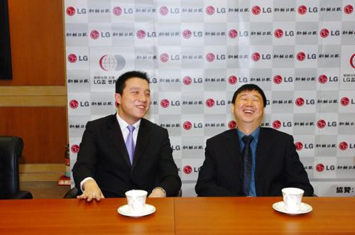 图文:LG杯颁奖仪式 古力俞斌等待颁奖笑逐颜开