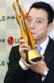图文:LG杯颁奖仪式 古力九段动情亲吻冠军捧杯