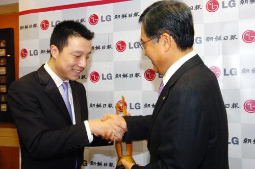 图文:LG杯颁奖仪式 古力与颁奖人握手接过奖杯