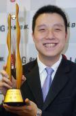 图文:LG杯颁奖仪式 古力第二次笑捧冠军奖杯