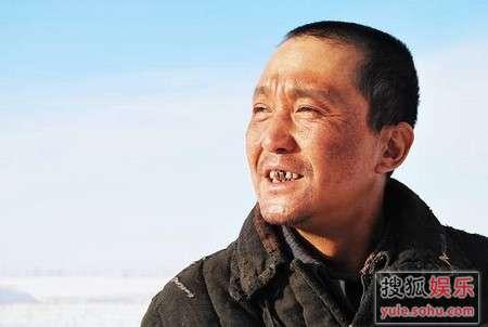 吴刚在《铁人》中卖力演出。