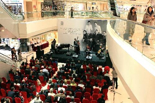 近日,上海一些商场为凝聚人气,拉动消费,经常举行开放式音乐会图片