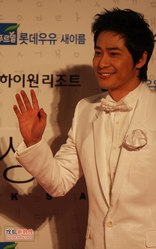 独家图: 姜志焕选择白色西装
