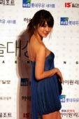 独家图:尹恩惠深蓝色短款礼裙 向大家微笑问好