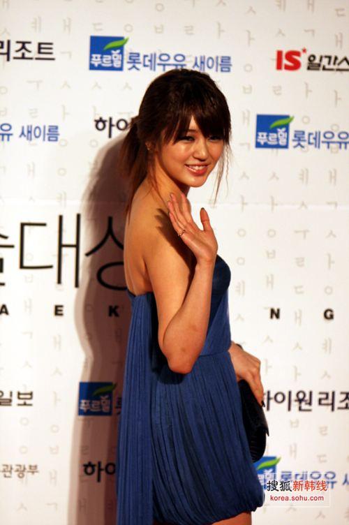独家图:尹恩惠深蓝色短款礼裙踏上红毯