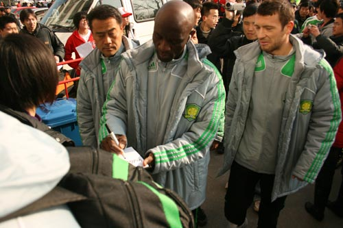 图文:国安将士签名售票 外援保罗给球迷签名