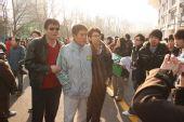 图文:国安将士签名售票 李章洙与球迷合影