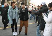 图文:国安将士签名售票 杨昊被球迷强拉合影