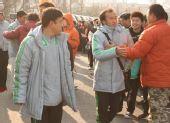 图文:国安将士签名售票 陶伟与球迷互动