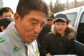 图文:国安将士签名售票 韩国小球迷受铁帅厚爱