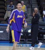 图文:[NBA]湖人负掘金 孙悦热情投入