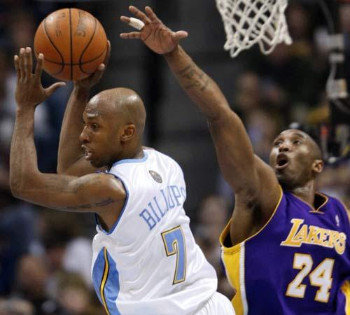 图文:[NBA]湖人负掘金 科比封盖比卢普斯