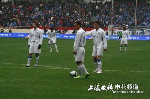 图文:申花2-1悉尼FC 谢晖与陈涛