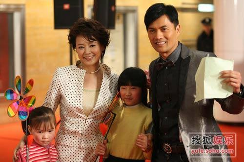 图:慈善群星会明星入场-张瑜和吕良伟