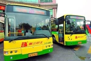 经翻新改造过的公交车车头显示屏全部有英文显示车辆始发站和终点站。 信息时报记者 何建 摄