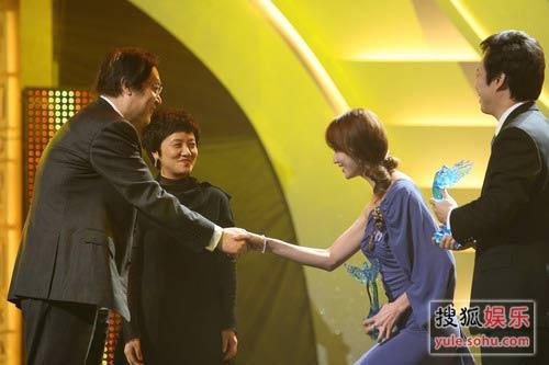 图:慈善群星会现场-林志玲接受奖项