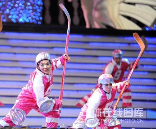 图文:哈尔滨大冬会闭幕式 演员化身冰球选手