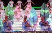 图文:哈尔滨大冬会闭幕式 绿叶衬托美女娇艳