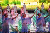 图文:哈尔滨大冬会闭幕式 表演清新可人