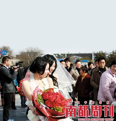在同性恋婚礼上,27岁的辛迪和24岁的小寒都穿着婚纱。