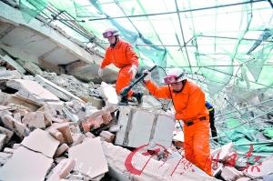 救援人员采用生命探测仪查看有无生命迹象