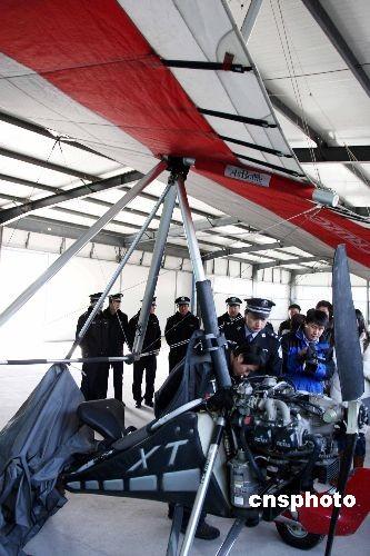 2月27日,按照公安部《关于全国两会期间在北京及周边地区禁止进行各类体育娱乐广告性飞行活动的通知》要求,北京警方会同民航、空军、体育等部门对落实禁飞情况进行全面检查。此次禁飞的时间为:3月2日零时至3月15日24时,严禁一切单位、组织、个人在以天安门广场为中心的200公里半径范围内进行体育、娱乐、广告性飞行活动;禁行飞行器包括直升机、滑翔机、载人气球、飞艇、动力伞、滑翔伞、遥控航空模型等。中新社发任海霞 摄