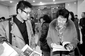 本报记者把读者建议交给迟宝荣委员(右)本报记者 郭亮 摄