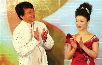 成龙与刘媛媛出席发布仪式。