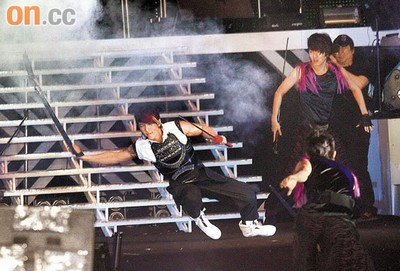吴尊本来吊威哑飞上舞台,抢尽风头,可惜着地时失手,摔倒人前