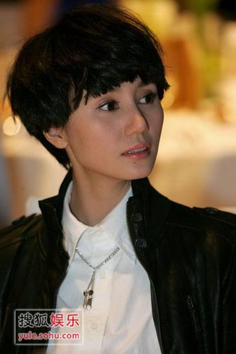 独家报道:袁泉新发型显中性风 那英抢镜献吻图片