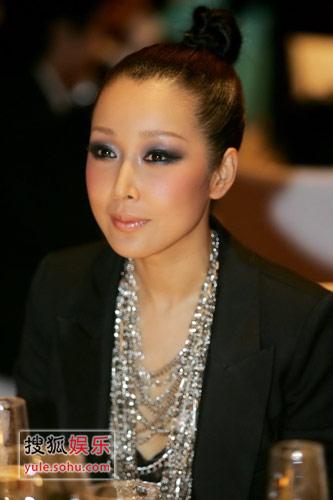 独家报道:袁泉新发型显中性风 那英抢镜献吻