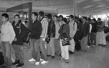 """2月23日,10多名""""偷渡客""""被从欧洲集中遣返回中国 摄/通讯员孙振兴"""