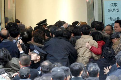 人们蜂拥着挤入旅游费券发放现场