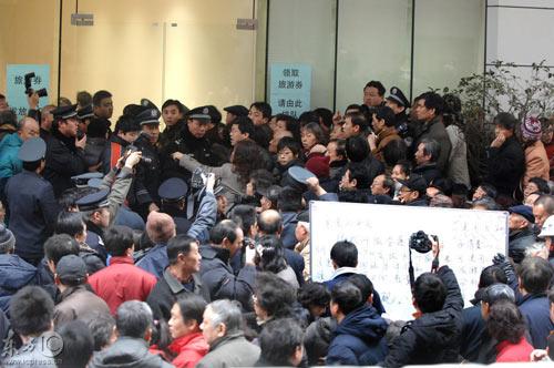 现场秩序较为混乱,人群中有记者在拍照