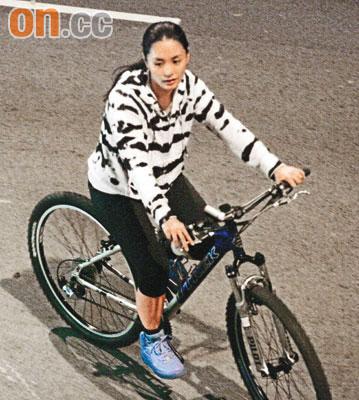 阿娇骑单车减压。