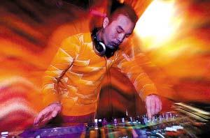 昨日,DJ阿嵘沉浸在自己的音乐当中。记者 陈浮 摄