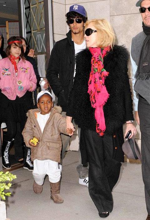 麦当娜带着自己的两个孩子,她的新欢巴西男模伴随其左右