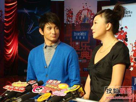 吴奇隆与叶蓓一起接受媒体访问