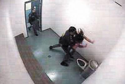 1.视频截图显示,谢尼将少女推到墙上