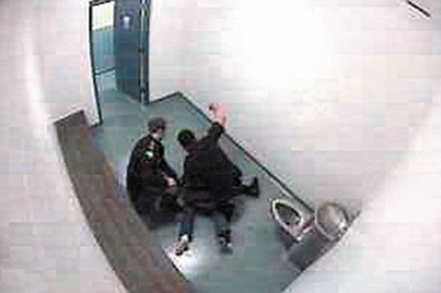 少女 谢尼/2.谢尼殴打被压在地上的少女
