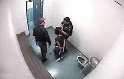 3.少女被拉着头发带出拘留室