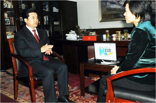 2月23日,宁夏回族自治区主席王正伟(左)接受新华网记者采访。