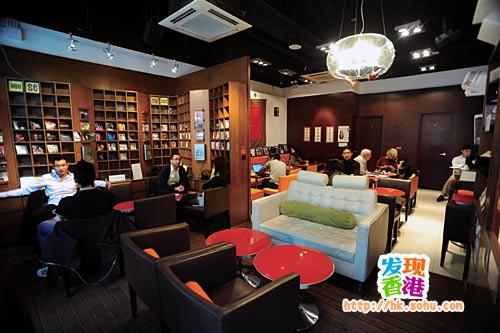 """咖啡室的布置简单舒适,偌大的CD架更成为一个别具特色的""""布景"""""""
