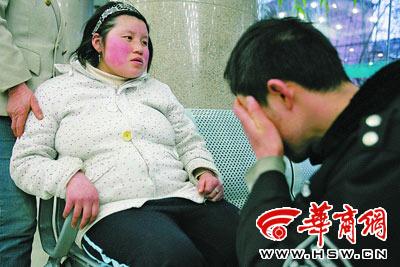 妻子待产没床位,李强急得哭了本报记者董国梁摄23岁的妻子捂着阵痛的肚子满脸是汗,李强连续十几个小时精神高度紧张。17个小时奔忙后,妻子终于在本报帮助下顺利住进医院。